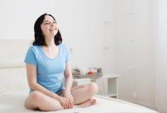 Kobieta medytuje w sypialni Fotografia Royalty Free