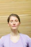 Kobieta medytuje z zamkniętymi oczami Obrazy Royalty Free