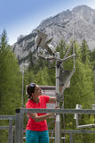 Kobieta meteorologa czytelniczy meteodata w halnej pogodowej staci fotografia royalty free