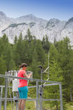 Kobieta meteorologa czytelniczy meteodata w halnej pogodowej staci zdjęcie royalty free