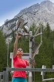 Kobieta meteorologa czytelniczy meteodata w halnej pogodowej staci zdjęcia royalty free