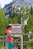 Kobieta meteorologa czytelniczy meteodata w halnej pogodowej staci obraz stock