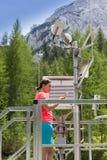 Kobieta meteorologa czytelniczy meteodata w halnej pogodowej staci fotografia stock