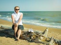 Kobieta między klasami, odpoczywa na plaży Obraz Stock