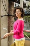 Kobieta miastowy portret wśród drutów zdjęcia royalty free
