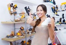 Kobieta mienie pragnący but zdjęcie stock