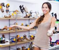 Kobieta mienie pragnący but obraz stock