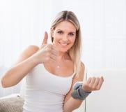 Kobieta mierzy jej ciśnienie krwi zdjęcie stock