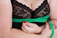 Kobieta mierzy jej klatek piersiowych piersi popiersia rozmiar zdjęcie royalty free