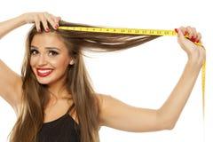 Kobieta mierzy jej włosy obraz stock