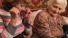 Kobieta Mierzy Starszego pulsu zakończenie Up zdjęcie wideo
