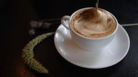 Kobieta Miesza cukier z łyżką w filiżance soi Cappuccino kawa Zdrowa Organicznie weganin diety napojów zawartość 4K zdjęcie wideo