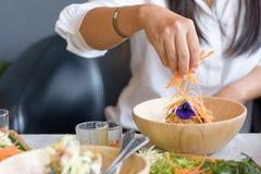 Kobieta miesza składniki Ryżowej sałatki Khao ustalony ignam, Tajlandzka kuchnia Obraz Royalty Free