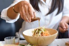 Kobieta miesza składniki Ryżowej sałatki Khao ustalony ignam, Tajlandzka kuchnia Obrazy Stock
