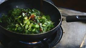 Kobieta miesza warzywa w wok zbiory wideo