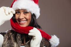 Kobieta mieszający biegowy Santa pomagiera kapeluszu portret Zdjęcia Stock