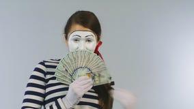 Kobieta mima przedstawień fan dolary Pojęcie: ty możesz wygrywać wiele dolary zdjęcie wideo