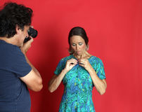 Kobieta model nadużywa fotografem Obrazy Royalty Free