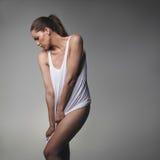 Kobieta model pozuje seductively w podkoszulku bez rękawów zdjęcia royalty free