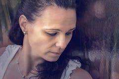 Kobieta model strzelał przed kruszcowym błyskotliwym tłem Obrazy Stock