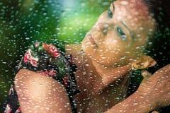 Kobieta model w deszczu, przystosowywa jej włosy Fotografia Royalty Free
