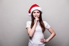 Kobieta modela odzieży Santa kapelusz z cisza gestem zdjęcie royalty free