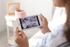 Kobieta monitoruje nowożytne cctv kamery obrazy stock