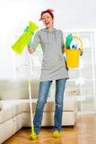 Kobieta mopping śpiew i podłoga Obraz Stock