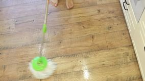 Kobieta mopping kuchennej podłoga z kwaczem i wiadrem Czyści parkietowe podłoga w żywym pokoju zdjęcie wideo