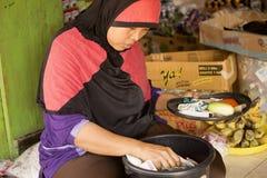 kobieta muzułmanin przy rynkiem, wioska Toyopakeh, Nusa Penida Czerwiec 21 2015 Indonezja Fotografia Stock
