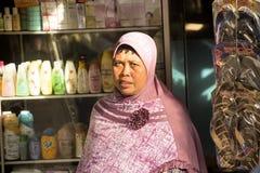 kobieta muzułmanin przy rynkiem, wioska Toyopakeh, Nusa Penida Czerwiec 24 2015 Indonezja Obraz Royalty Free