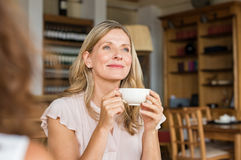 Kobieta myśleć nad kawą obrazy stock