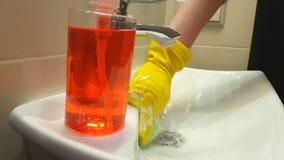 Kobieta myje jej ręki dezynfekuje rękawiczkowy gąbki czyścić higieniczny kranowa łazienka zdjęcie wideo