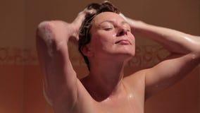 Kobieta myje jej włosy w wannie do łazienki zdjęcie wideo