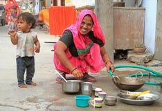 Kobieta myje naczynia plenerowych w Jaipur, India Zdjęcie Stock