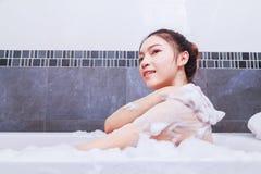 Kobieta myje ona w wannie w łazience z powrotem Obrazy Royalty Free