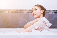 Kobieta myje ona w wannie w łazience z powrotem Zdjęcia Royalty Free