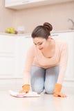 Kobieta myje podłoga na jej kolanach Zdjęcia Royalty Free
