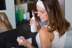 Kobieta myje w górę jej twarzy w ranku Zdjęcie Stock