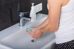 Kobieta myje w górę jej twarzy w ranku Zdjęcia Stock
