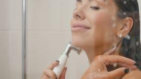 Kobieta myje w prysznic kabinie i nalewa wodę na szkle kabina zdjęcie wideo