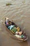 Kobieta na łódkowatym unoszący się w dół Mekong rzekę, Wietnam Obraz Royalty Free