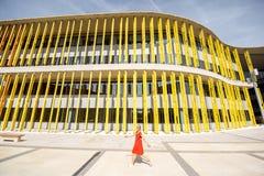 Kobieta na żółtym budynku tle Obraz Stock