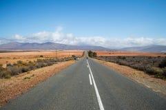 Kobieta na autostrady †'południe - afrykanina krajobraz z górami, Fotografia Stock