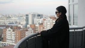 Kobieta na balkonie w tle miasto zbiory wideo