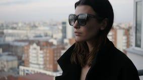 Kobieta na balkonie w tle miasto zbiory
