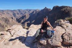 Kobieta na Blackett grani śladzie, Arizona obraz royalty free