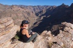 Kobieta na Blackett grani śladzie, Arizona zdjęcia royalty free