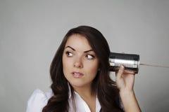 Kobieta na blaszanej puszka sznurka telefonie Obraz Stock