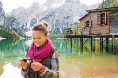 Kobieta na brzeg sprawdza fotografię na kamerze Jeziorny Bries Zdjęcie Stock